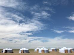 Jolies yourtes en Mongolie sous un ciel bleu