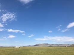 Yourtes au bord du lac en Mongolie