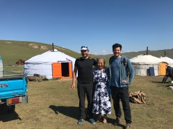 Mamie mongole devant la yourte