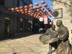 Statues de bronze rue Quianmen a Pékin