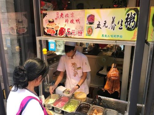 Devant un restaurant de canard laqué a Pékin