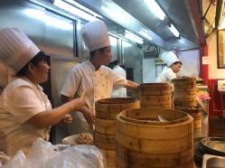 Préparation des raviolis chinois dans les Hutongs de Pékin