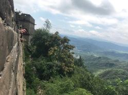 La tete de Paul sortant de la Muraille de Chine