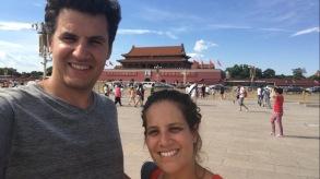Devant le portrait de Mao place Tiananmen
