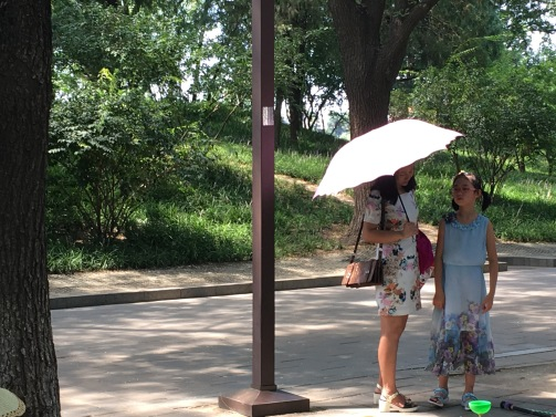 Dans le parc Beihai sous une ombrelle